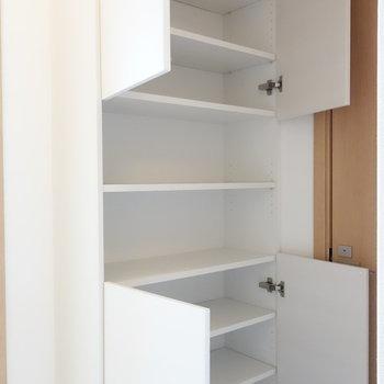 脱衣所にはこんな収納棚も。洗濯用品などを。