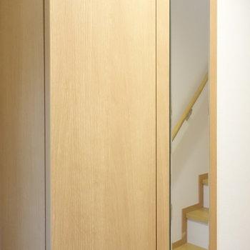扉を閉めると、姿見になっています。行ってきますの前にチェックですね。