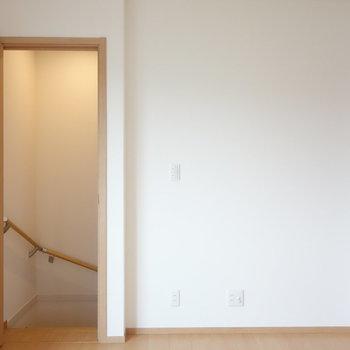 玄関から階段上がってきます。