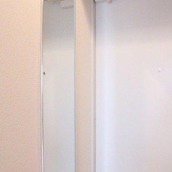身だしなみのチェックに。※写真は8階の同じ間取りの別部屋です