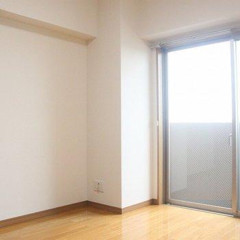 大きな壁面は家具の配置に便利♪※写真は8階の同じ間取りの別部屋です