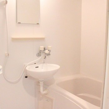 洗面台は浴室と一体型です。※写真は8階の同じ間取りの別部屋です
