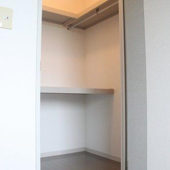 奥行十分のウォークインクローゼット!※写真は2階の同じ間取りの別部屋です