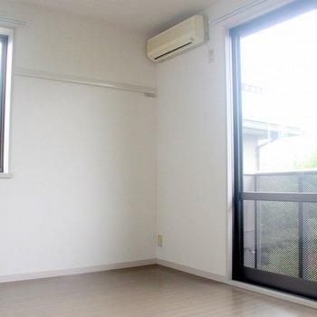 窓が大きくて気持ちが良い!※写真は2階の同じ間取りの別部屋です
