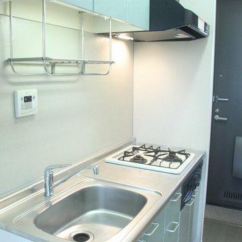 広々として機能的なキッチン。※写真は2階の同じ間取りの別部屋です