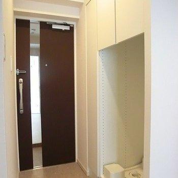 玄関扉に鏡!良い配慮ですね。※写真は1階の反転間取り別部屋