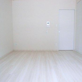 シンプルホワイト。※写真は1階の反転間取り別部屋