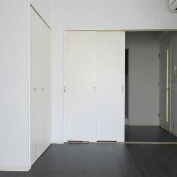 引き戸で真ん中しきれます。※写真は同間取り別部屋のものです。