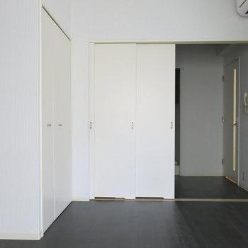 引き戸で真ん中しきれます。写真は反転取り別部屋のものです。