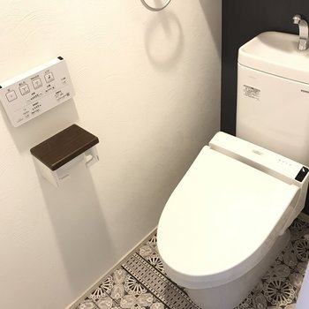 トイレの床がお洒落!あと嬉しいタイプのウォシュレットボタン笑