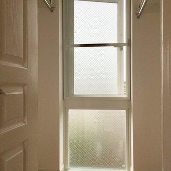 ウォークインクローゼットは換気の窓が付いてます!湿気とはおさらばですね。