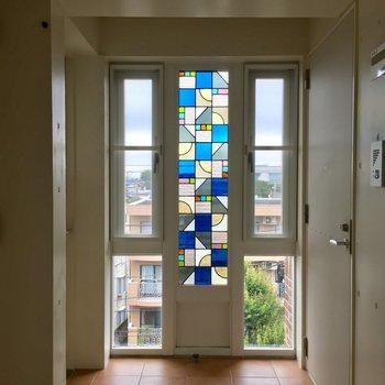 廊下の素敵なステンドグラス。ときめきますね♪