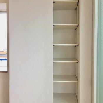 お部屋にちょっとしたオープン棚もありました。本や雑貨を並べてみたり。