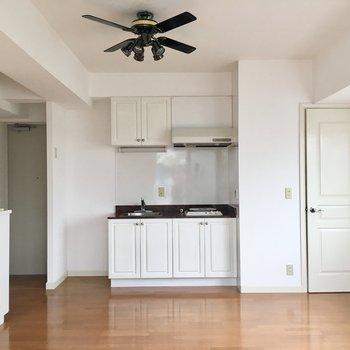 キッチン方面。かわいい建具は輸入品!