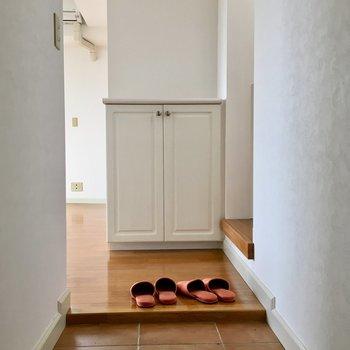 テラコッタ調の玄関、可愛い靴箱がお出迎え。