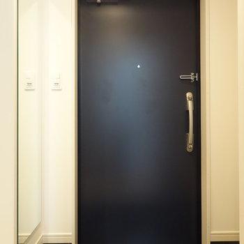 玄関には姿見ありますよ!