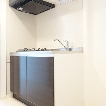 システムキッチンで便利。冷蔵庫も置けますね。