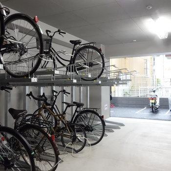 自転車もバイクも車も置けますよ。※要空き確認です