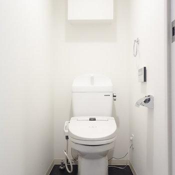 トイレは個室でウォシュレット。