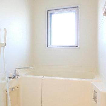 浴室に窓があるのは嬉しいですね!※写真は同間取り別部屋のものです。