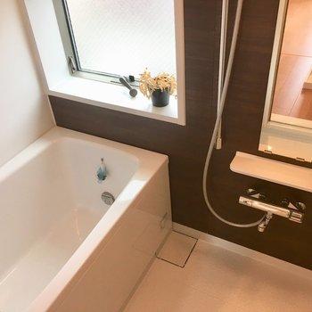 お風呂にこんな大きな窓があって清々しいこと。