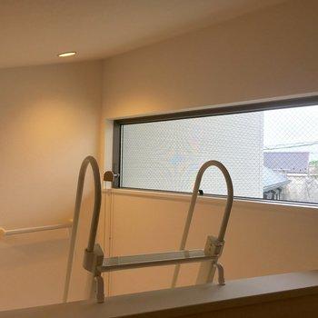 ロフトからの眺め。窓は下から簡単に開けることができます。