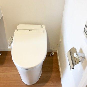脱衣所にトイレですが、タンクレスでぴっかぴかのウォシュレット。