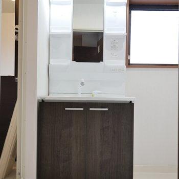 木目柄の扉の洗面台