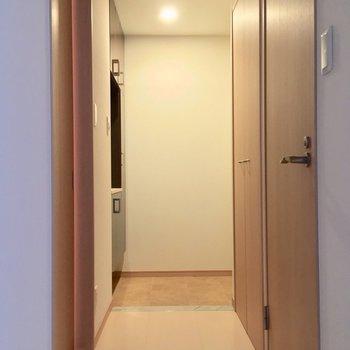 廊下突き当りに玄関です。※写真は前回募集時のものです