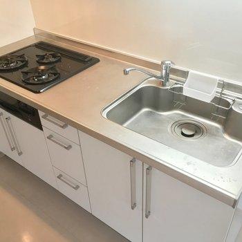 キッチンは豪華に3つ口ガスコンロ※写真は前回募集時のものです