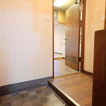 【工事前】白タイルの玄関になります!