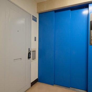 【工事前】玄関前には青いエレベーター!