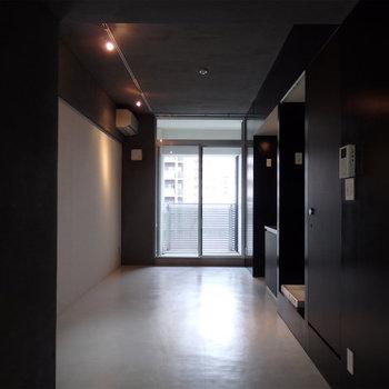黒の建具に白の床です※写真は同間取り別部屋のものです。