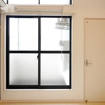 上のほうにも窓があると広く感じて気持ちいい