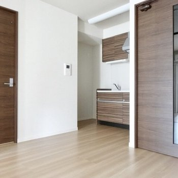 キッチンと扉の色の統一感、素敵。※写真は5階の反転間取り別部屋のものです