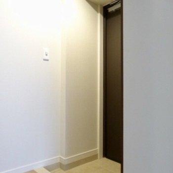 玄関はかくかくと。※写真は5階の反転間取り別部屋のものです