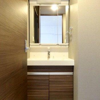大きな洗面台はゆったり使える。※写真は5階の反転間取り別部屋のものです