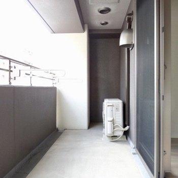 洗濯物も広げて干せる。※写真は5階の反転間取り別部屋のものです