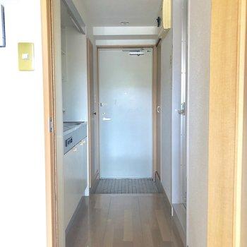 キッチンと居室はドアで仕切られます。※写真はクリーニング前です