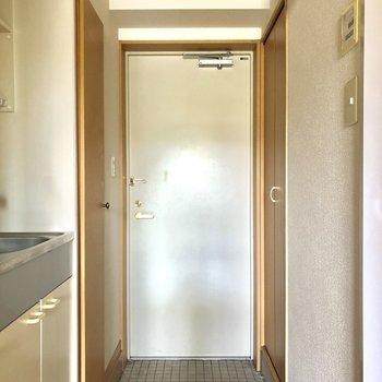 玄関。白のドアとタイル可愛い!※写真はクリーニング前です