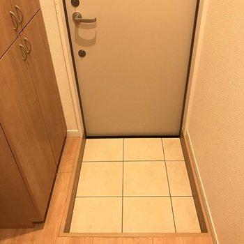 玄関は少し狭めです