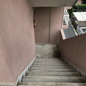 エレベーターは付いていないので共用部の階段をご利用下さい◎