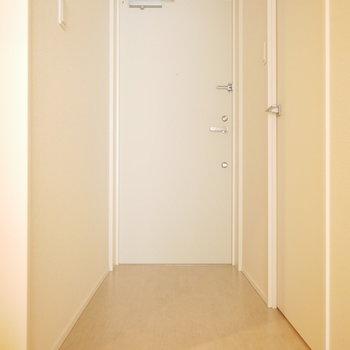 玄関からお部屋はフラット