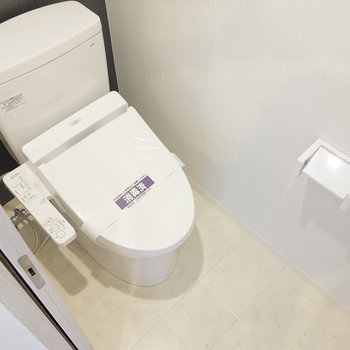 クロスも素敵な個室トイレ。ウォシュレットも嬉しい。