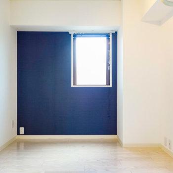 ブルーのアクセントクロスで大人な雰囲気を。