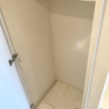 洗濯機置場は扉で隠せます。※写真は10階の別部屋同間取りのものです。