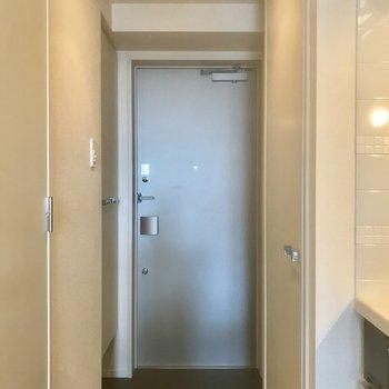 玄関も清潔感あります。※写真は10階の別部屋同間取りのものです。