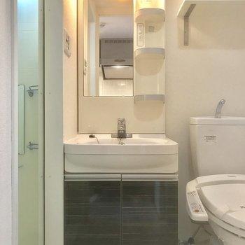 トイレ横に独立洗面台!※写真は10階の別部屋同間取りのものです。