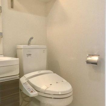 トイレ上に棚が。※写真は10階の別部屋同間取りのものです。