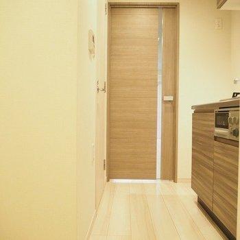 キッチンスペースはややタイト。※写真は1階の同じ間取りの別部屋です
